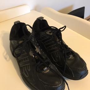 Indendørs Adidas sko Kan ikke se størrelsen (se sidste billede) Men det bør være en str. 39/40
