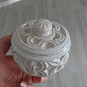 Dansk keramik af Michael Andersen Lågkrukke i perfekt stand.  Højde: 9,5 cm Diameter: 11 cm