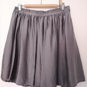 Nederdel i 100% silke. Kun brugt og vasket i hånden en enkelt gang. Fremstår derfor som ny. Der er underskørt i nederdelen.