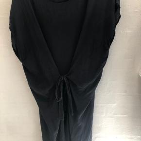 Smuk silke kjole. Kan bindes både foran og bagpå