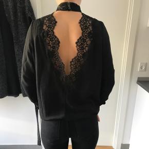 Skjorte, perfekt til nytår, åben på ryggen og højhalset. Sælges da jeg kun har fået brugt den 2 gange, så den nu kan give glæde til en anden. Jeg sender gerne gennem tradonos handelssystem såfremt køber betaler fragt.