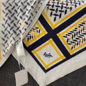 Helt ubrugt med prismærke på stadig, så smukt med sort/mørk lilla/gul print 🤩 Nypris 2800 Størrelse medium