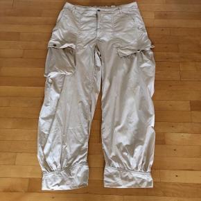 NEDSAT   Bitte Kai Rand lyse posede bukser str 44. Livvidde 95 cm uden stræk i elastikken. Indvendig benlængde 74 cm