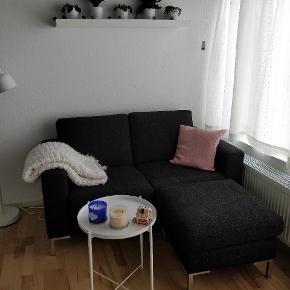 Lille sofa i utrolig fin stand. Puffen/forskammlen kan rykkes fra side til side.  Bord, tæppe, og pude kan købes med hvis dette ønskes