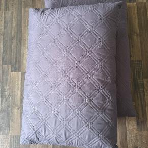 Store pynte puder i grå. To stk. Måler 50 x 75 cm.