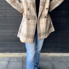 H&M Jakke, Næsten som ny. Silkeborg - Bruger normalt en str. 38, men selvom det er en 44 passer den fint - selvfølgelig er den lidt oversized:) Mærket er klippet af!. H&M Jakke, Silkeborg. Næsten som ny, Brugt og vasket et par gange men uden mærker eller skader