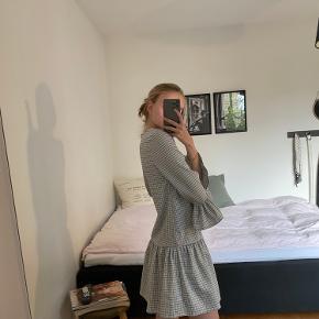 Super fin kort kjole fra Deviér Studios (købt i Samsøe Samsøe i maj 2019).  Lyseblå/hvid kjole med små sorte tern. Meget pæne 3/4 ærmer med fine detaljer.  Str. xs. - brugt 1 gang til galla, står dermed fuldstændig som ny. ⭐️ 300,-