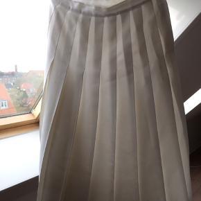 Vintage nederdel der går til lige nedenunder knæet.