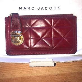 Super fin lille pung fra Marc Jacobs, den har brugstegn - men er ikke i stykker på nogen måde.  Den er i lækkert blødt lammeskind  Boks, dustbag og kvittering medfølger  Nypris var 1500kr Kom med bud :)