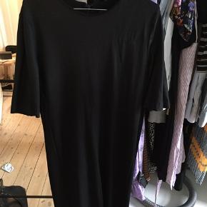 Flot sort kjole fra Cos - er sådan lidt blank øverst, der så fader ud.