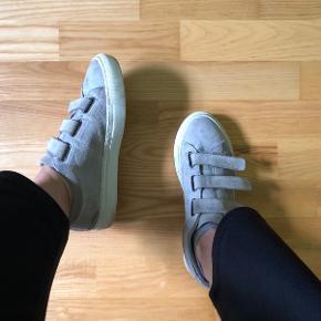 Pavement velcro sneakers i str 40 fitter dog småt, så de passes af en str 39 Den ene sko har to små brune pletter på snuden  Den hvide sål kan nemt vaskes, ved dog ikke med ruskindet  Np 800kr   Køber betaler fragt