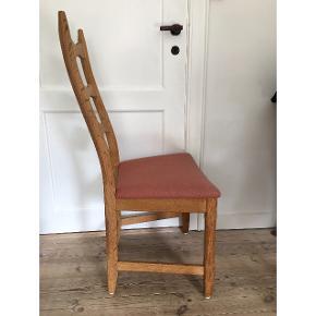 Fine, behagelige, gamle stole! Sædets betræk er af uld i en gammelrosa/støvet rosa farve. Prisen er pr. stk. Har 6 stole i alt. Alle i rigtig god stand!  Nogle af sæderne er lidt falmede i farven i kanten, men der ingen huller eller pletter.  Sender gerne flere billeder samt mål. Du er også velkommen til at komme og se dem Pris for alle 6 stk ved samlet køb: 1000kr.