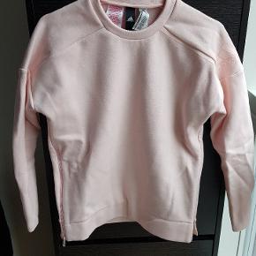 Lyserød Adidas sweater. Kun brugt én gang. Kom gerne med et bud 😊