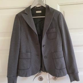Blazer i Jersey fra Day Birger et Mikkelsens Daily Couture. Rib i ærmer. Brugt 2 gange - så er som ny.  Længde 61 cm. Brystvidde 46*2 cm.