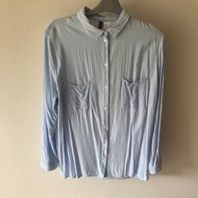 Hvid og blåstribet skjorte fra h&m i str.44  Sender gerne - køber betaler fragt  BYD