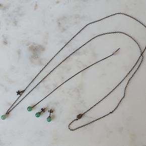 Sødt smykkesæt i oxideret sølv bestående af en lang halskæde (80 cm) med vedhæng i grøn sten og en lille stjerne, 2 ørestikker med samme grønne sten og 1 kædeørehænger. Aldrig brugt. Sælges kun samlet.