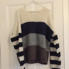 Fin stribet sweater fra Norr Passer en M med et oversized fit