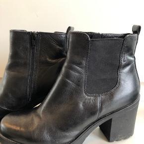 Rigtig flot og velholdt vagabond støvle. Brugt meget lidt og hæl og sål er næsten helt uden slid.