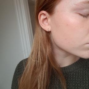 ID fine - by Julie Sandlau  9mm unicorn mini hoops  Ægte sterling silver   Kan også bruges i 2. hul i øret, har ret små ører 😌  Aldrig brugt, fik dem i gave ☀️