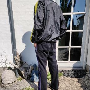 Vintage Fila pullover jakke (lightweight) Str. Medium Cond 7-8/10 Har en lille flaw i nettet på indersiden, som er gået op, men intet synligt.