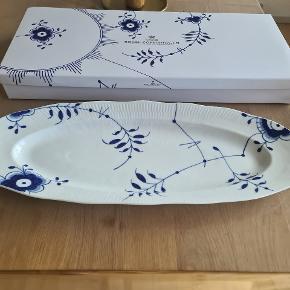 Flot nyt fiskefad fra Royal Copenhagen 60 cm. Det har kun stået til pynt I et skab.  1 sortering men uden brudgaranti! Ses og købes I Kolding sendes ikke! :) sælges for 1300 kr