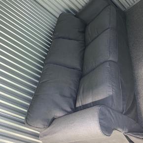 2 år gammel Ikea sofa, brugt meget få gange. Den har stået i et opbevaringsrum i 1 år. Ingen skader.  Afhentes i pelikan storage i Rødovre.