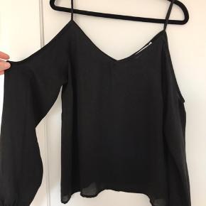 Fin cold shoulder top. Kan også bruges af en størrelse 38.   Køber betaler fragt eller afhentes hos mig på Amager.