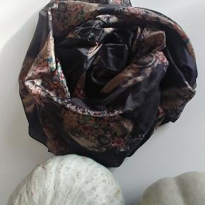 100 % silke købt i eksklusiv butik i Holte  Brugt ganske lidt.