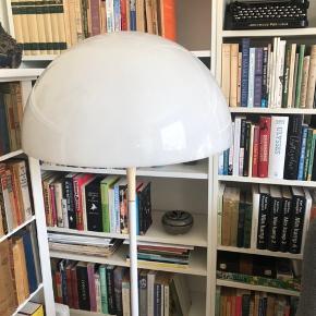 Original Verner Panton Panthella gulvlampe fra Louis Poulsen sælges.  Lampen har den originale afbryderknap på foden, men har en afbryder monteret på ledningen. Aldersbetingende tegn på lampen men virker fint.   Afhentes hos mig på indre Nørrebro i København.