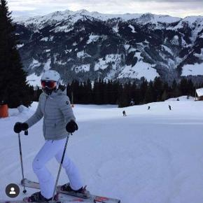 Brugt 5 dage på ski, fremstår derfor helt som ny.