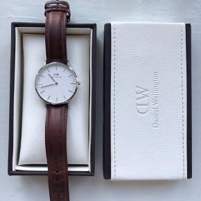 Sælger mit fine Daniel Wellington ur da jeg desværre ikke får det brugt. Det har er par overfladiske ridser som desværre er svære at få med på billeder. Men det er bestemt ikke noget man ser medmindre man leder efter det.