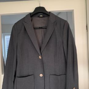 Super flot og klædelig jakke fra Gustav. Super flot i farve og med smukke matte guldknapper