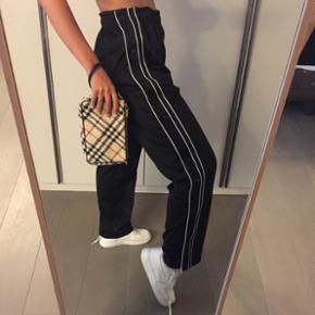 Pantalon sport qui s'ouvre sur les côtés