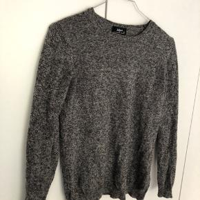 Blød gråmeleret sweater i Str M men lille i størrelsen!