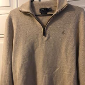 Lækker strikket pullover i den fineste beige farve 🐪 Trøjen har høj hals med lynlås i læder. Kun brugt få gange.  Str. S