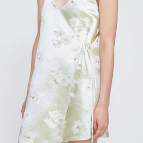 Sælger denne smukke kjole fra ganni, den er udgået og ikke til at få fat i! Den er som ny, og derfor ingen tegn på slid! Byd gerne:) det er en str S/36