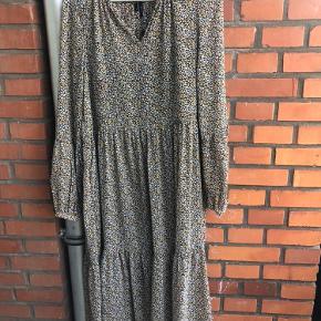 Lang kjole fra Vero Moda, som aldrig har været brugt.