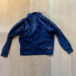 Jeg sælger den her fede Tommy Hilfger sweater.  Den er perfekt til den kommende vinter!  Prisen er uden fragt, prisen er ikke fast. Fragt er omkring 50kr