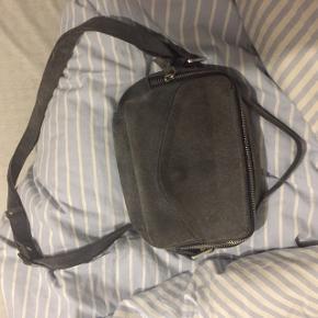 Sælger min brugte Daniel Silfen taske. Fik den sidste år til jul, og den er desværre blevet meget beskidt i mellemtiden. Sælger, da jeg ikke får den brugt. Ved ikke, om den kan renses, hvorfor prisen er sat derefter. Standen ses bedst på 3. billede. Spørg for mere info🤗 Søgeord// Daniel Silfen, Nunoo, Zadig, Ganni, Adax