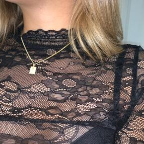 Sælger denne flotte blondebluse i sort fra Rosemunde. Aldrig brugt. Passer en str. XS-S🌸  Nypris: 500kr.  Kan afhentes i Allerød eller sendes med post - køber betaler fragt.