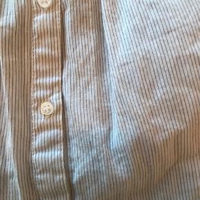 Meget fin off-shoulder bluse fra Second Female i str XS. Er meget flowy så kan sagtens passes af S og en lille M.