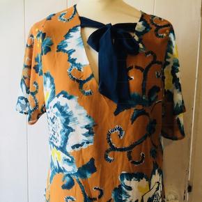 Smuk bluse med bindebånd