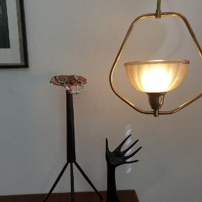 Ældre messinglampe med glasskærm. H: 65 cm. B: 27 cm. Fin stand. Sendes ikke. Koster 1200,- Super fin kobberskål på palisander trefod. H: 55 cm. Koster 375,- Hånden koster 175,-. #vintage #retro #genbrug #lampe #pendel #palisander #opsats #dekohånd