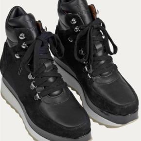 0f321459600 Varetype: Sneakers Farve: Sort Oprindelig købspris: 2400 kr. Super flotte WON  HUNDRED. Won Hundred Støvler