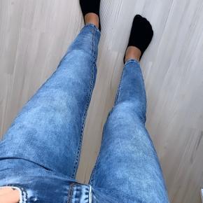 Stramme lyseblå jeans fra Gina Tricot Str 25/30 (xs).  Brugt meget få gange.  Ny pris var 500kr.