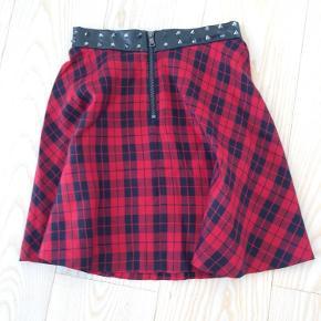 Så fed nederdel i sort og rødt tern. Længde 40cm, talje 62 cm. Linning med nitter. Aldrig brugt.  Fra røgfrit hjem.  Nederdel Farve: Rød Oprindelig købspris: 175 kr.