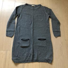 Grå strik kjole med læder besætning ved lommerne