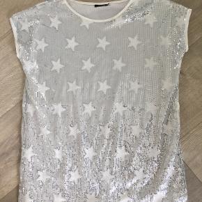 Næsten ubrugt kjole med pailetter i sølv/hvid Størrelse S, købt for 600,-