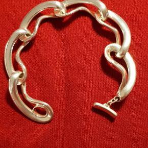Flot armbånd fra Georg Jensen. Armbåndet er designet af Regitze Overgaard og er fra kollektionen Infinity. En kollektion til hyldest for Georg Jensens 100 års jubilæum. Den 19 cm lang Fast pris