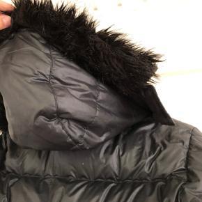 Lang Nike vinter jakke, som går ned tip knæene cirka. I rigtig god stand💜